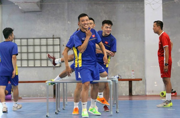 VN futsal team leave for Spain to train