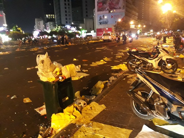 HCM City downtown filled with garbage after New Year fireworks show