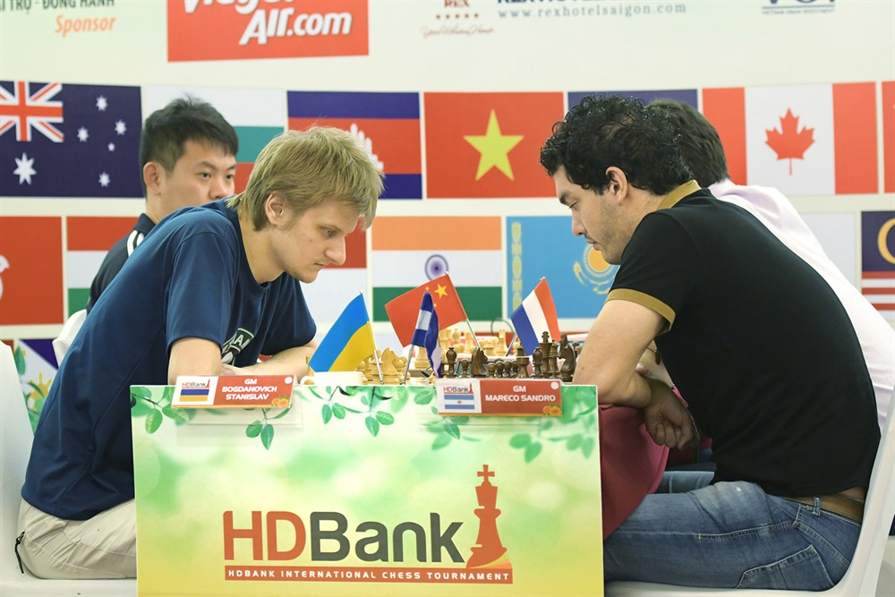 The HDBank chess tournament winner to receive cup from FIDE president