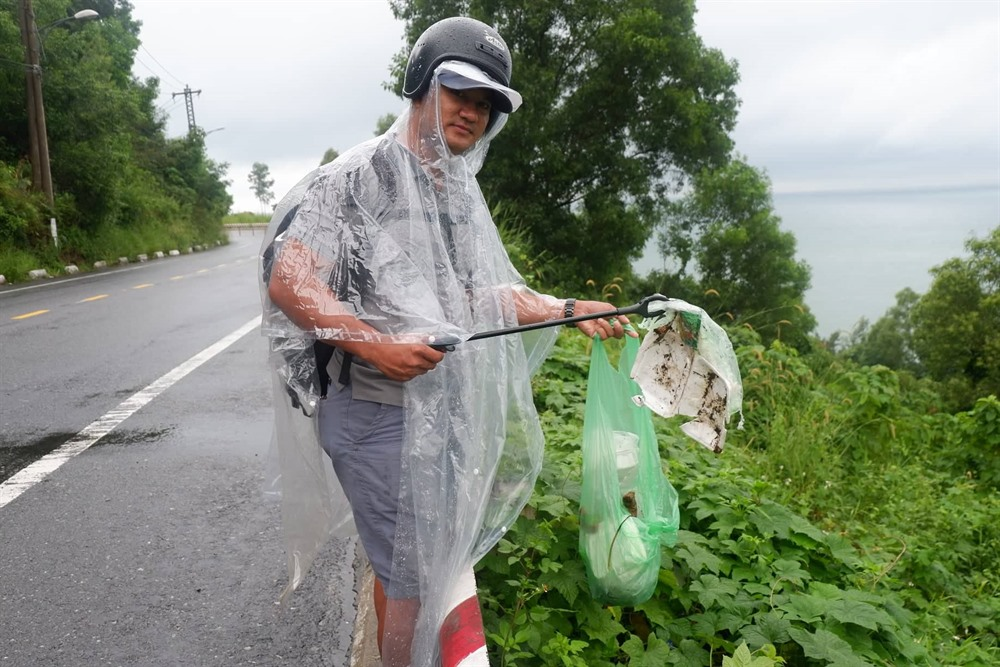 Trash collector protects 'ever green Sơn Trà