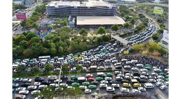 HCM City urges work on roads surrounding airport