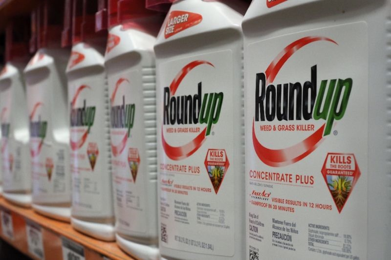 Monsantos Roundup weedkiller contributed to US mans cancer: jury
