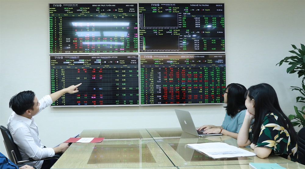 Stocks fall dragged down by blue chips