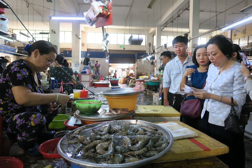 HCM City inspects food-safety market model