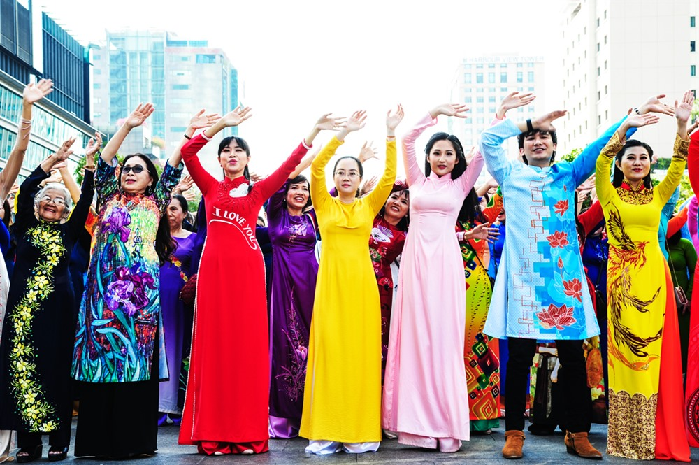 Thousands parade to showcase áo dài beauty at festival