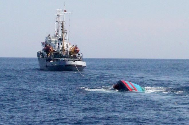 Fishermen rescued after boat sinks near Hoàng Sa archipelago