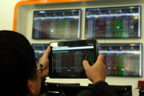 VN stocks slide as lack of information hits large-caps