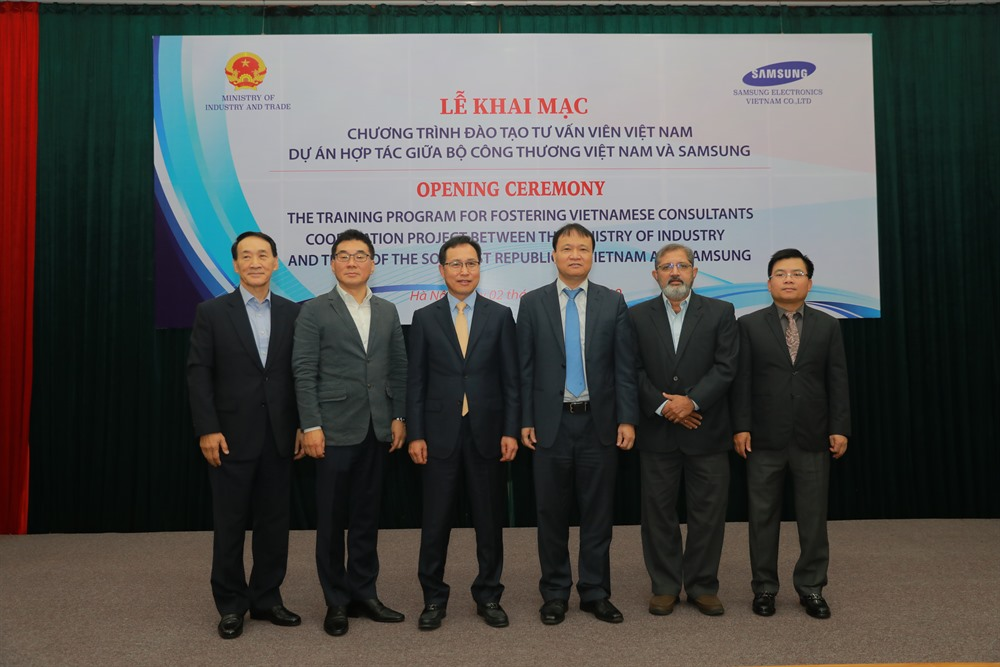Samsung helps train Vietnamese consultants in support industry