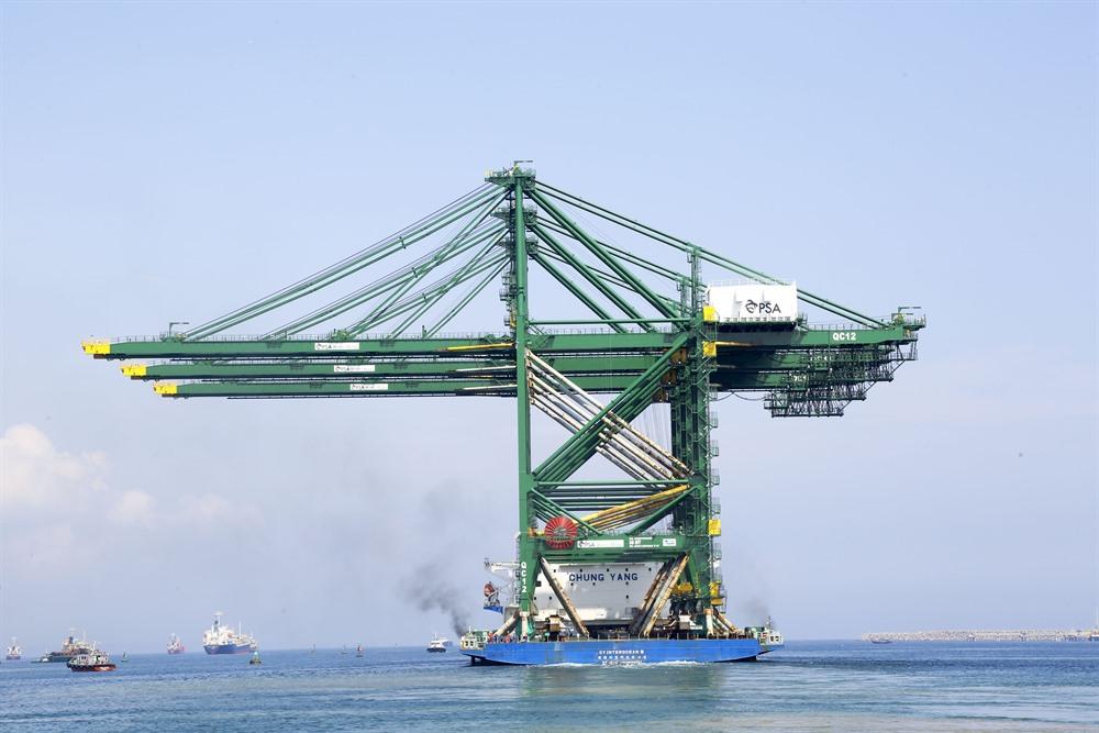 Viet Nam exports giant cranes to India