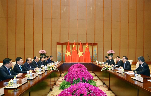 Prime Minister Phúc holds talks with Chinese Premier Li