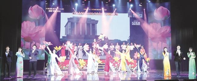 Art show commemorates President Hồs birthday