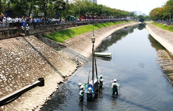 Nanotechnology reduces odour on Tô Lịch River