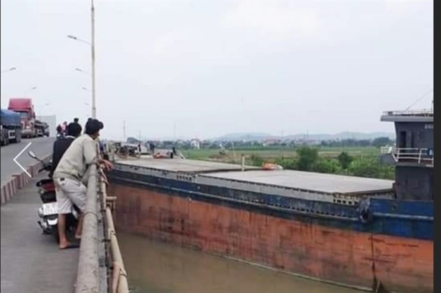 Vessel with oversized cargo crashes into bridge in Hải Dương