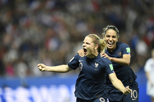 Le Sommer penalty lifts hosts France past Norway
