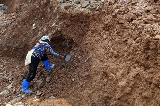 Điện Biên strugglesto close illegal gold mine