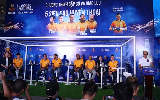Vietnamese fans meet football legends in HCM City