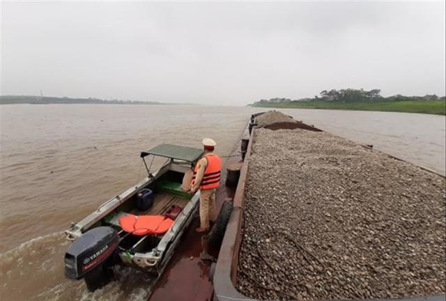 Hà Nội struggles to tackle illegal sand mining