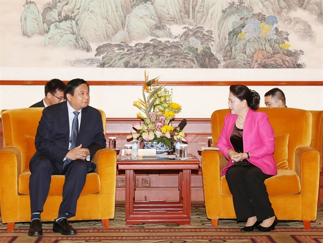 Top legislator meets Chinese businesspeople in Beijing
