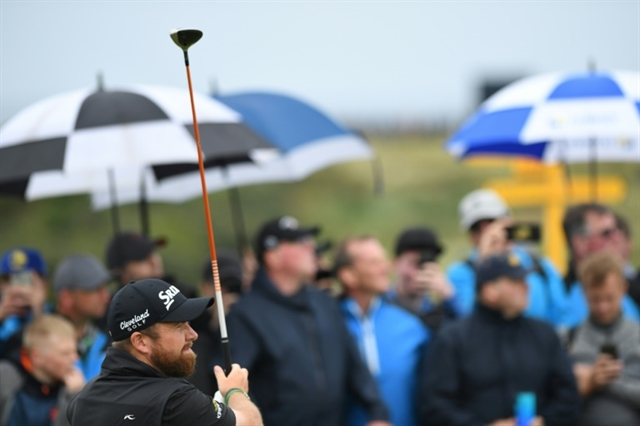 Lowry weathers storm to open up six-shot British Open lead