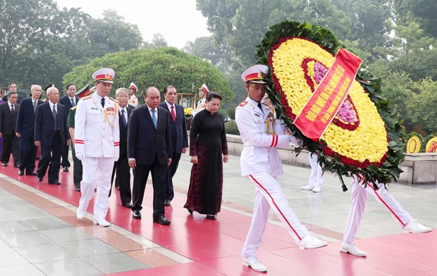 Leaders pay tribute to martyrs President Hồ Chí Minh