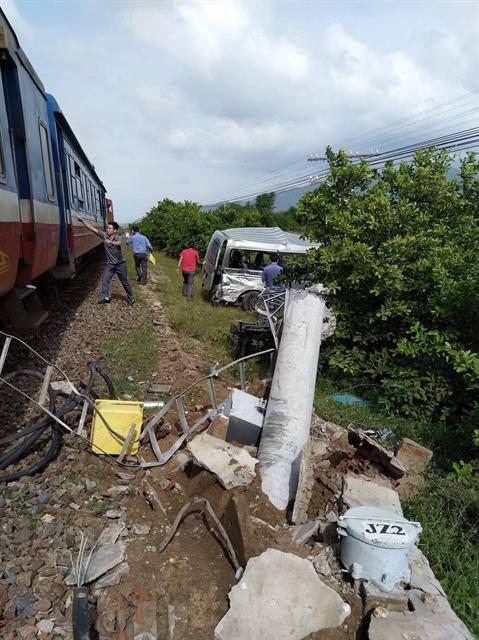 Coach hits train killing three in Bình Thuận