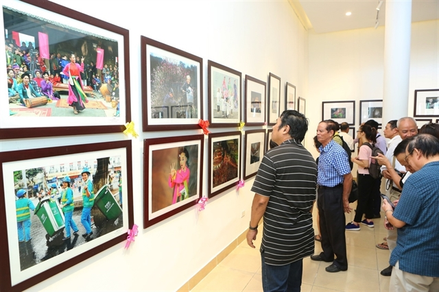 Photo exhibition shows lifestyle of Hanoians