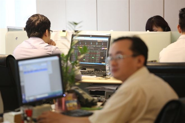 VN stocks on mixed notes while trading liquidity remains moderate