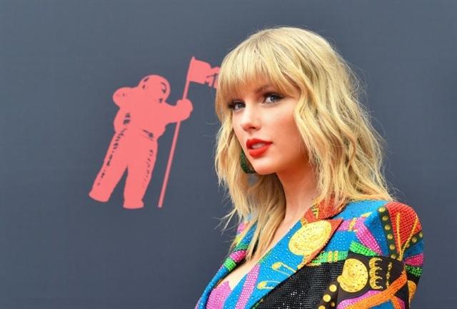 Swift kicks off MTV VMAs with flashy performance of new album tracks