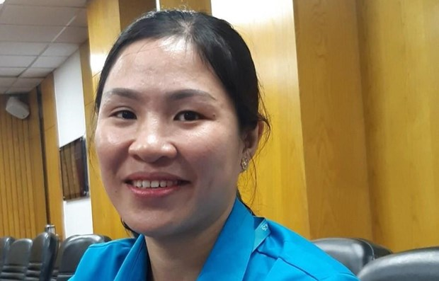 Vietnam Airlines employee returns lost bags to passengers