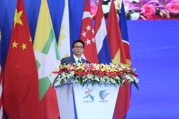 Deputy PM attends expo business summit in China