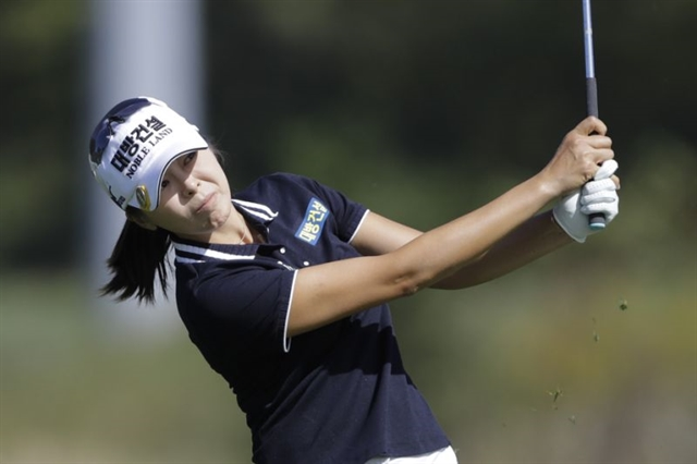 South Koreas Hur leads LPGA Indy event by two strokes