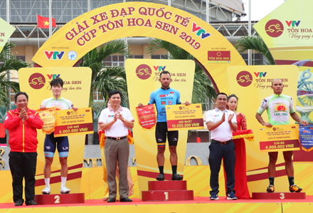 Parra wins third stage of Tôn Hoa Sen Cup