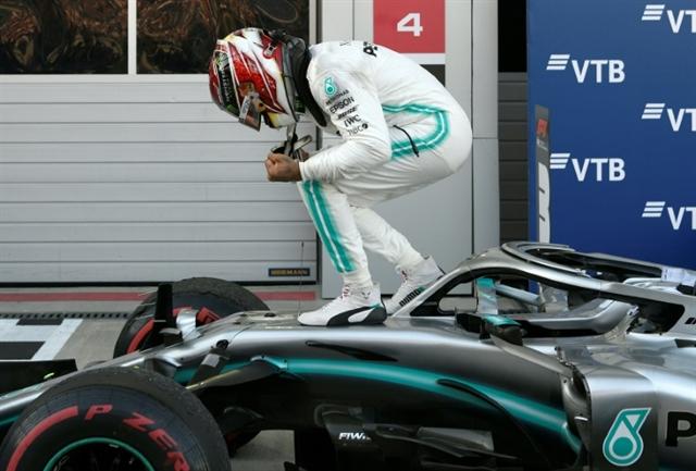 Hamilton wins in Russia to foil Ferrari renaissance