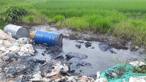 Chemical drums dumped on the side of Thăng Long Boulevard