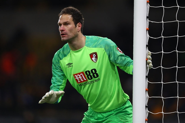 Bournemouth keeper Begovic replaces Reina at AC Milan