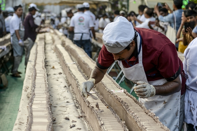 Sweet Indian bakers make worlds longest cake