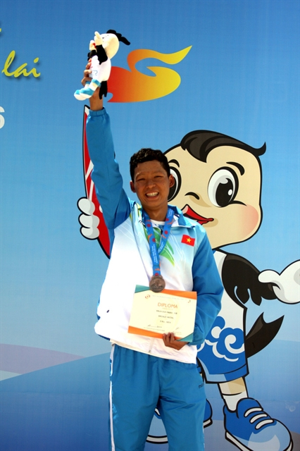 After SEA Games swimmer Triệu hits open waters