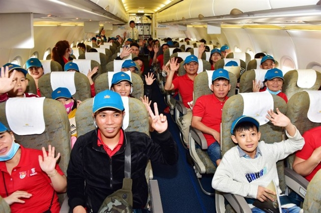 Outstanding workers gifted air tickets for Tết