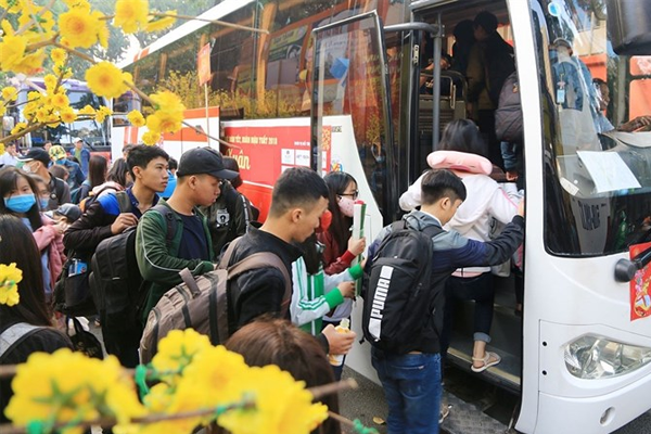 Labourers get free bus tickets presents for Tết