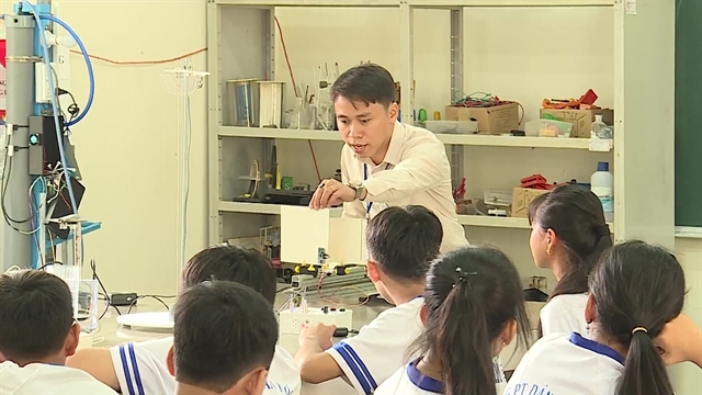 Creative teacher inspires students to learn physics