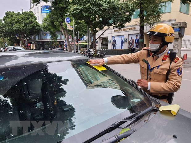 Hà Nội police start attaching parking tickets on illegally parking cars
