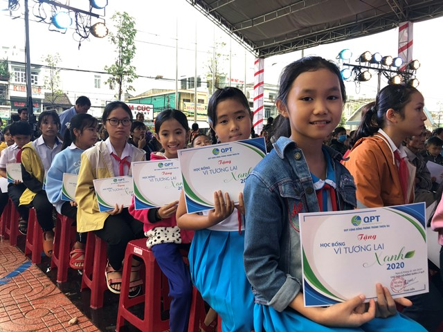 Flood-affected school students get scholarships
