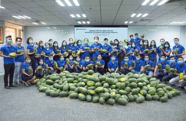 Shinhan Bank pitches in to help VN farmers