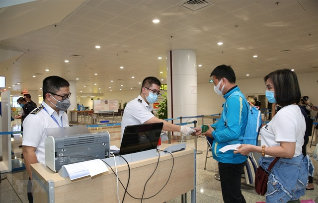 Health official checks COVID-19 prevention at Nội Bài intl airport