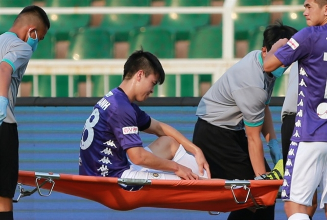 Defender Mạnhs injury a blow for club and country