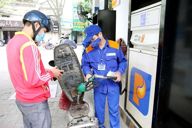 Petrol prices see sharp fall of up to VNĐ4252 per litre