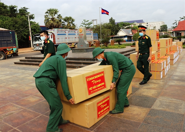 Việt Nams Military Region 7 presents medical equipment to Cambodian army