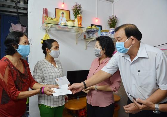 HCM Citygives financial aidto household businessesaffectedbyCOVID-19