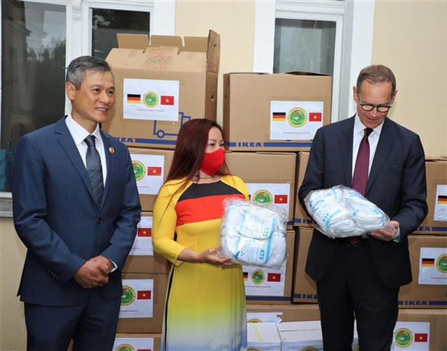 Vietnamese charity group in Germany presents face masks and gloves to Berlin