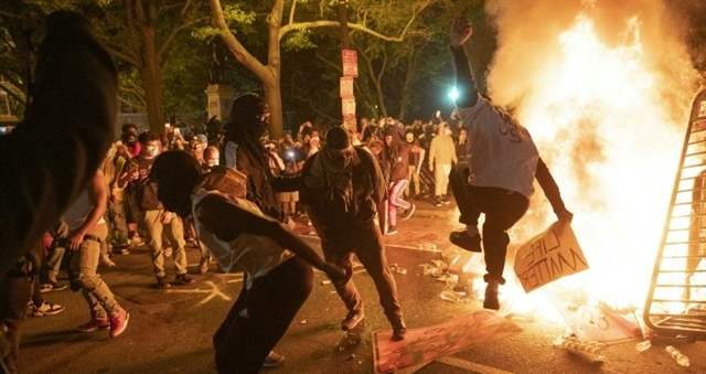 Trump threatens military mobilization against violent US protests